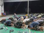 Suasana Salat Tarawih Prajurit TNI AL Di Atas KRI Teluk Bintuni-520