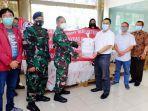 suhariyanto-rektor-ubk-menyerahkan-bantuan-yang-diterima-oleh-letkol-laut-malik.jpg