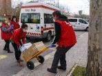 sukarelawan-palang-merah-di-spanyol-datangi-rumah-warga_20200327_181621.jpg