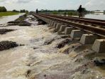sungai-cisanggarung-meluap-hingga-jalur-rel-kereta-api-di-brebes_20180223_210618.jpg
