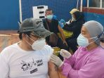 suntik-vaksinasi-covid-19-untuk-umkm-dan-pkl-tangerang_20210525_133556.jpg