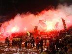 suporter-bakar-kembang-api-di-stadion-jatidiri-semarang_20160412_100835.jpg