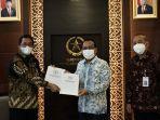 DPR Serahkan Surat Hasil Persetujuan Listyo Sigit Sebagai Kapolri ke Presiden