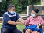 susilo-bambang-yudhoyono-setia-menemani-sang-istri-ani-yudhoyono.jpg