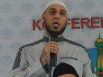 syekh-ali-jaber-hadiri-konpers-wahdah-islamiah_20160117_195958.jpg