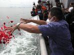 tabur-bunga-untuk-korban-pesawat-sriwijaya-air-sj-182_20210122_153217.jpg