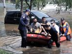 tanggul-jebol-perumahan-pantai-mutiara-pluit-terendam-banjir_20200607_212409.jpg