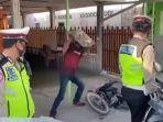 tangkapan-layar-video-viral-dari-seorang-pengendara-sepeda-motor-yang-merusak-motornya-ditilang.jpg