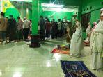 tarawih-pertama-ramadan-di-masjid-nurul-qolbi-di-kab-bandung_20200423_224939.jpg