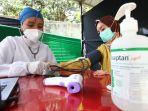 tenaga-kesehatan-jalani-vaksinasi-covid-19-di-rsu-bungsu_20210118_183414.jpg