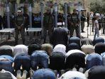 tentara-israel-mengawasi-jamaah-masjid-al-aqsa-palestina-yang-salat-di-luar-masjid_20170720_183001.jpg