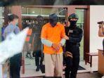 Mata Tertutup, Tangan Diborgol, Kaki Dirantai, 18 Terduga Teroris JAD Sulsel Dibawa Menuju Bandara