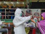 tes-swab-pedagang-pasar-wonokromo-surabaya_20201130_185321.jpg