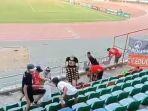 the-jakmania-bersih-bersih-sampah-di-stadion-thuwanna-myanmar.jpg