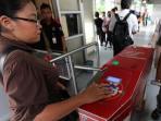 tiket-elektronik-atau-e-ticketing-bus-transjakarta_20150205_112748.jpg