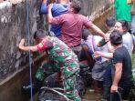 tim-bksda-sulut-dibantu-warga-dan-tni-mengevakuasi-buaya.jpg