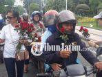 tim-kampanye-jokowi-maruf-bagi-bunga-mawar.jpg