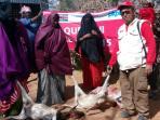 tim-lembaga-kemanusiaan-pkpu-memberikan-kambing-kurban-sumbangan_20150928_043200.jpg