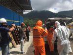 tim-medis-saat-melakukan-evakuasi-terhadap-jenazah-korban-bali.jpg