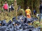 tim-penyelamat-evakuasi-korban-dan-bangkai-pesawat-trigana-air_20150819_153609.jpg