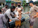 tim-sar-evakuasi-warga-lansia-saat-banjir-di-kaligawe-semarang_20210208_002102.jpg