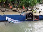 tim-sar-gabungan-melakukan-evakuasi-bus-sriwijaya-di-dasar-su.jpg