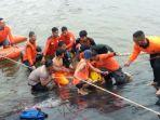 tim-sar-melakukan-evakuasi-korban-tenggelam-di-embung-desa-tegaldowo-kecamatan-gunem-rembang_20180128_215719.jpg