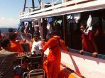 tim-sar-saat-membantu-korban-kapal-tenggelam-di-labuan-bajo_20170730_195053.jpg