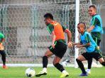 timnas-indonesia-saat-berlatih-di-lapangan-iranian-club-dunai-kamis-3102019.jpg