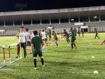 timnas-indonesia-saat-menjalani-latihan-ringan-di-stadion-madya.jpg