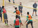 timnas-indonesia-u-23-bermain-volly-ball_20180118_175018.jpg