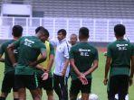 timnas-indonesia-u-23-saat-tengah-melakukan-latihan-senayanaaa.jpg