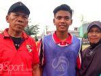 timnas-u-16-indonesia-david-maulana-dan-kedua-orang-tuanya_20180814_190710.jpg