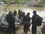 tni-al-evakuasi-korban-banjir-di-lhoksukon.jpg