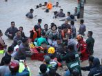 tni-dan-polri-susah-payah-evakuasi-korban-banjir-gowa_20190123_205703.jpg