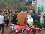 tni-polri-bersama-warga-melakukan-evakuasi-terhadap-korban-di-lokasi-banjir.jpg