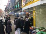 toko-perbelanjaan-bahan-makanan-yang-masih-buka-di-tengah-status-lock-down-di-kota-wuhan-cina.jpg