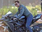 Aksi Nekat Tom Cruise Terjun dari Gunung dengan Motor Saat Syuting 'Mission Impossible 7'
