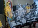 transport-kapsul-dan-baju-evakuasi-untuk-korban-terinfeksi-virus-corona.jpg