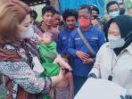 Risma Mendadak ke Alfamart Belanja Popok Bayi untuk Kebutuhan Pengungsi NTT