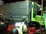truk-kontainer-tabrak-kios.jpg