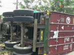 truk-kontainer-terguling_20160819_110208.jpg
