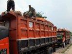 truk-sampah-jakarta-diblokir-ormas-di-cileungsi_20151104_145017.jpg