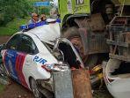 truk-tanpa-muatan-menabrak-mobil-patroli-jalan-raya.jpg