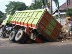 truk-terperosok-di-menteng_20150213_212153.jpg
