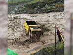 Sebuah Truk Penambang Terseret Banjir Lahar Dingin Gunung Semeru, Ternyata Sudah Terjebak di Sungai