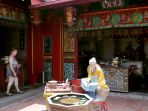 turis-asing-kunjungi-klenteng-tay-kak-sie-semarang_20190926_173331.jpg