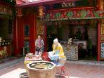 turis-asing-kunjungi-klenteng-tay-kak-sie-semarang_20190926_173425.jpg