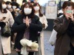 turis-memakai-masker-pelindung-saat-berjalan-pada-28-februari-2020-di-milan-italia.jpg