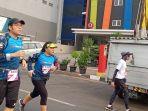 ua-pelari-full-marathon-tengah-melintasi-jalan-jua-pagi.jpg